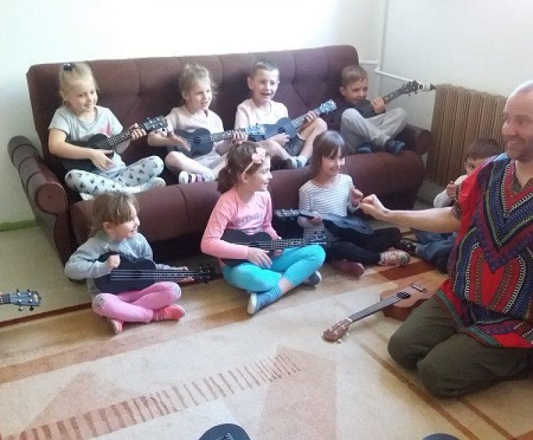 Zabawy muzyczne z grą na ukulele.