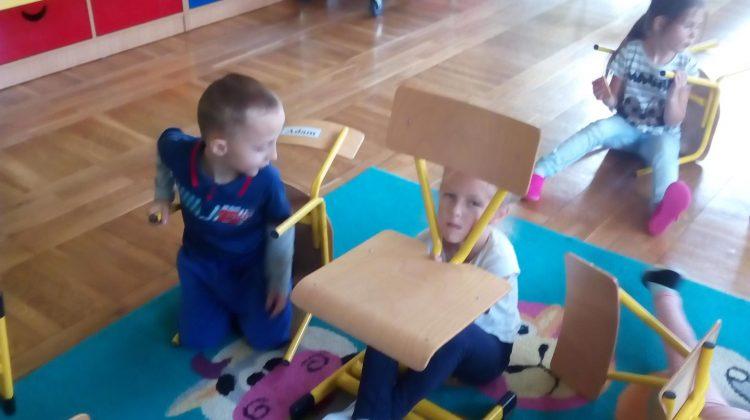 Zabawy z krzesełkami