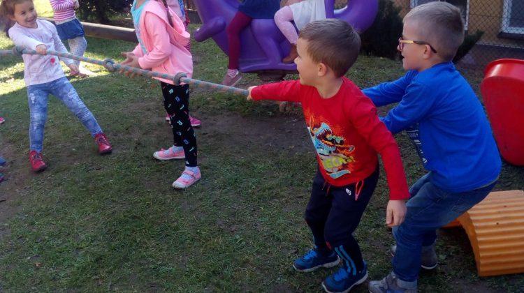Złota polska jesień na przedszkolnym placu zabaw