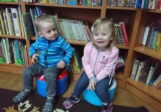 Maluszki w Bibliotece.