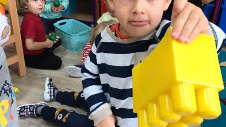 Maluszki poznają kolor żółty.