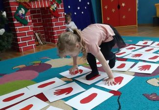 """Zabawa ,,Śladami Mikołaja""""-rozwijanie koordynacji wzrokowo-ruchowej"""